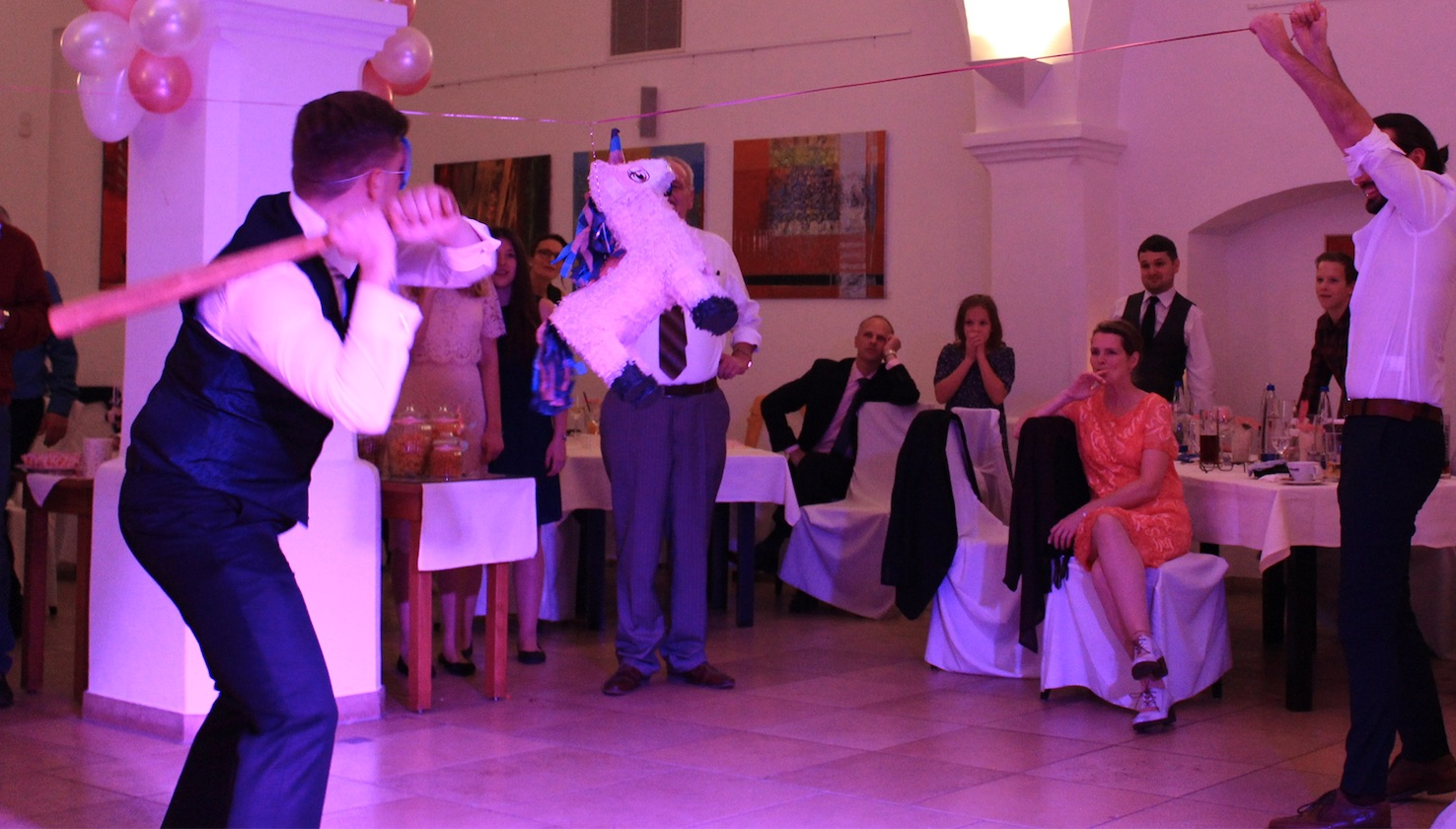 Einhorn-Pinata auf der Hochzeit